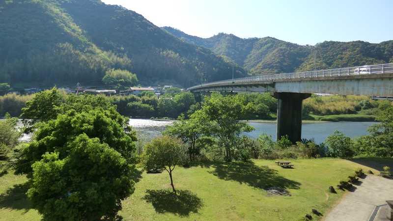 四万十川と西土佐大橋