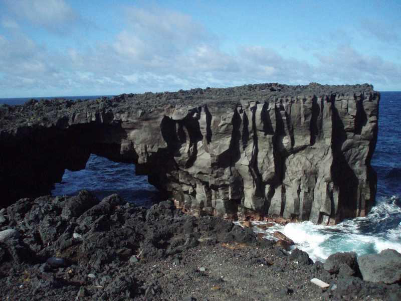 メガネ岩(三宅島)